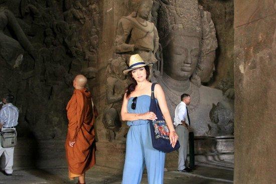 Elephanta Caves : монахи-частые здесь гости