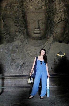 Elephanta Caves : возле статуи Шивы трехликого