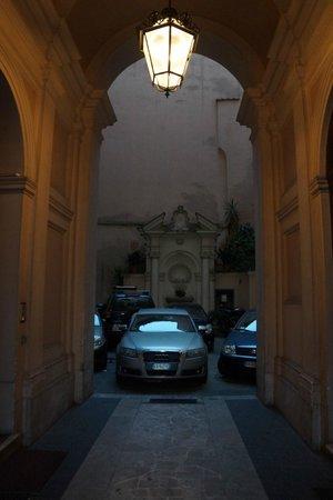 Hotel Primavera: Арка- справа вход в отель