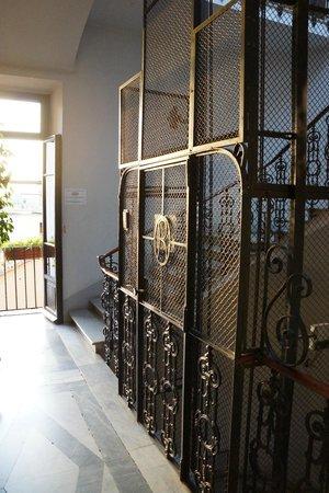 Hotel Primavera: Винтажный лифт