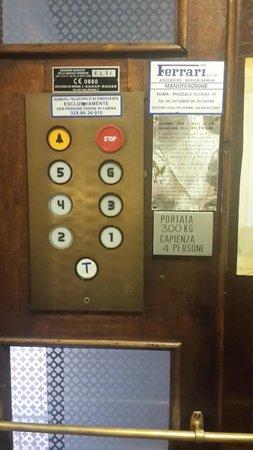 Hotel Primavera: Феррари! (лифт)