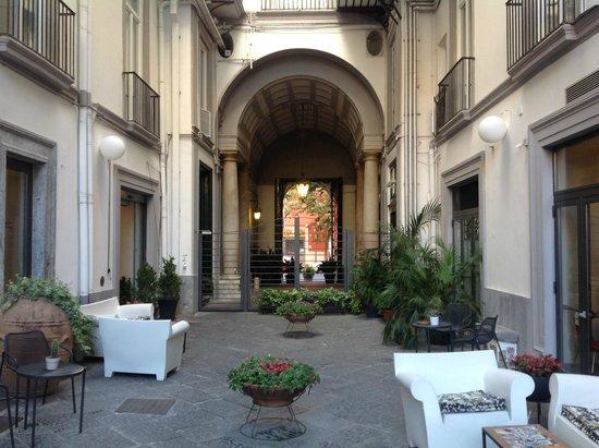 Hotel Piazza Bellini: Blick vom Innenhof Richtung Straße