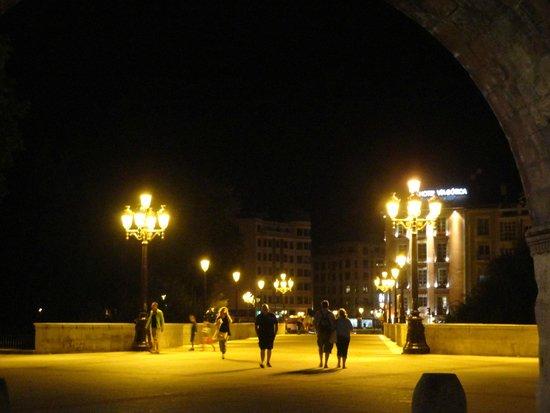 Hotel Via Gotica: El hotel desde debajo del Arco de Santa María
