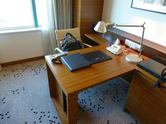 Radisson Blu Cebu: Desk in room