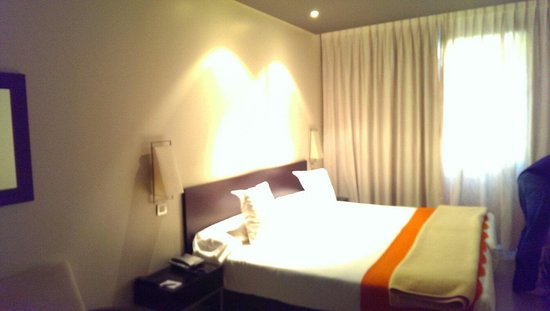 Sercotel Suites Viena: One very large, very comfortable bed in a large, comfortable room