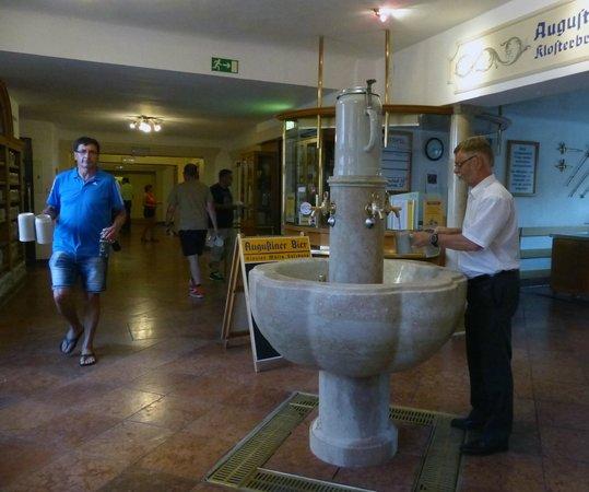 Augustiner Braustubl : Fontana lavaggio boccali