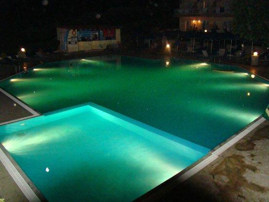 Atali Village: Basen nocą