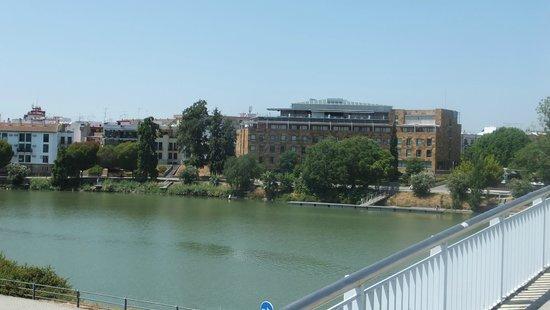 Ribera de Triana Hotel : the hotel as you cross river