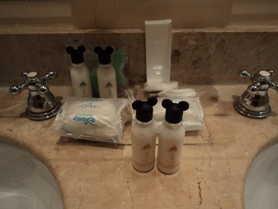 Disneyland Hotel: Cute little shampoo bottles in bathroom