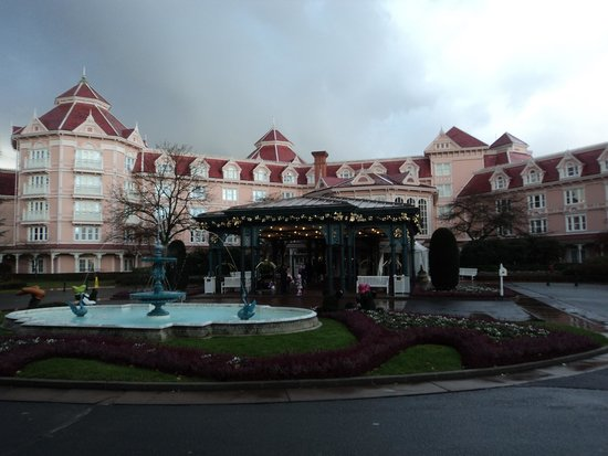 Disneyland Hotel : Hotel entrance from outside