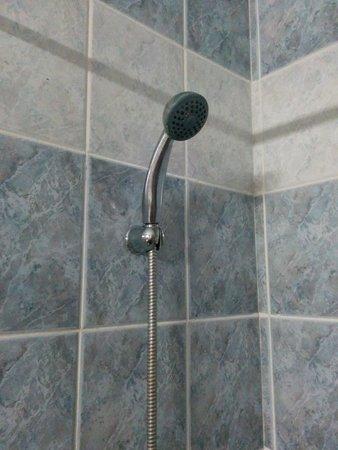 Doreta Beach Hotel : צינור מקלחת ישן וחלוד