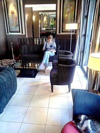 Hotel Eiffel Seine : Front foyer, lounge area.