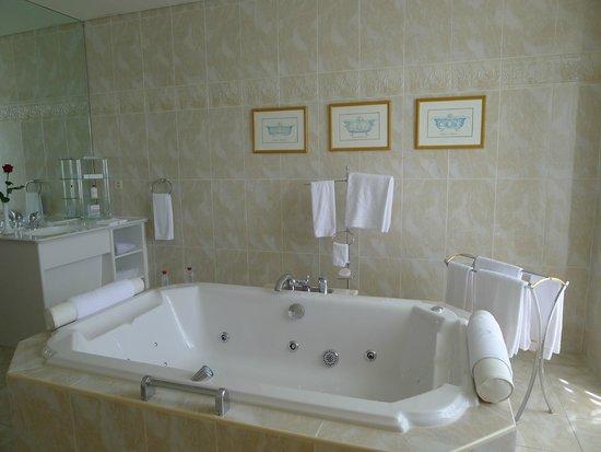 Beau-Rivage Palace : large bath-jacuzzi