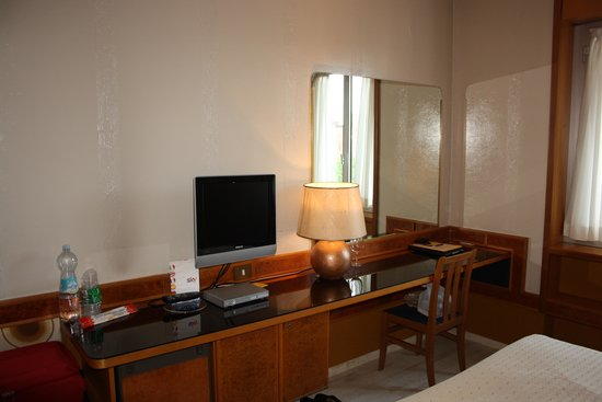 Hotel Diplomatic : working table