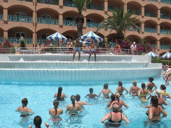 Le Marabout Hotel : fiesta a la piscine