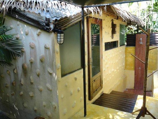 Centara Koh Chang Tropicana Resort: Номер, со стороны ванной и душа на улице
