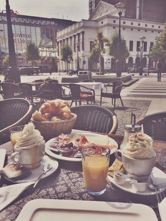 Au Point De Vue: Breakfast for only 5,90€ in front of the opera.