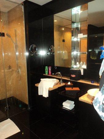 E&O Residences Kuala Lumpur : main bathroom - very spacious