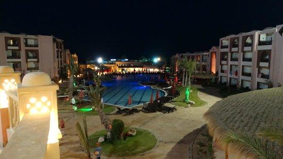 Hotel & Club Lella Meriam : Hotel i baseny nocą