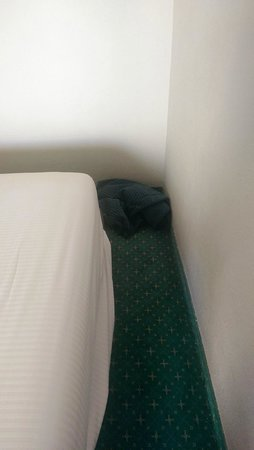 El Mouradi Palm Marina : Discarded bedding on arrival in room!