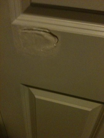 Candlewood Suites San Antonio N - Stone Oak Area: Bad patchwork on closet door.
