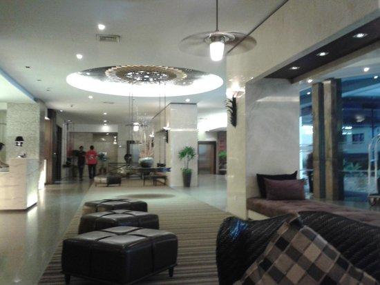 Sunbeam Hotel Pattaya: Холл