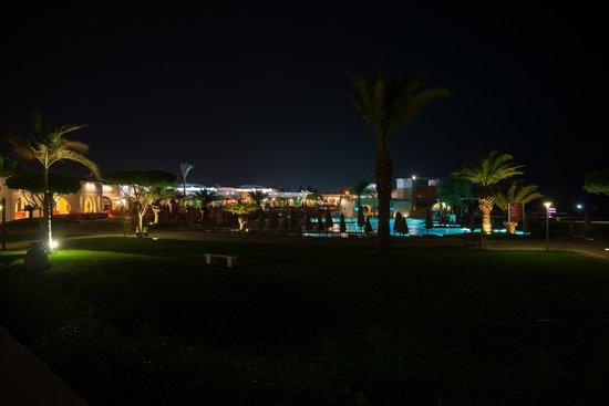 Mercure Hurghada Hotel : Piscine du Mercure vue de nuit