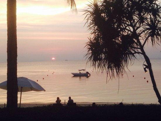 The Sunset Beach Resort & Spa, Taling Ngam: Blick vom privaten Garten aufs Meer.