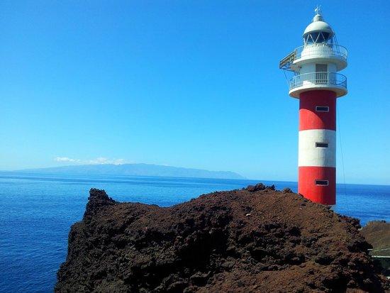 Faro de Punta de Teno. Al fondo se ve La Gomera