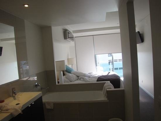 Coco Mooloolaba Apartments: main bedroom and bathroom