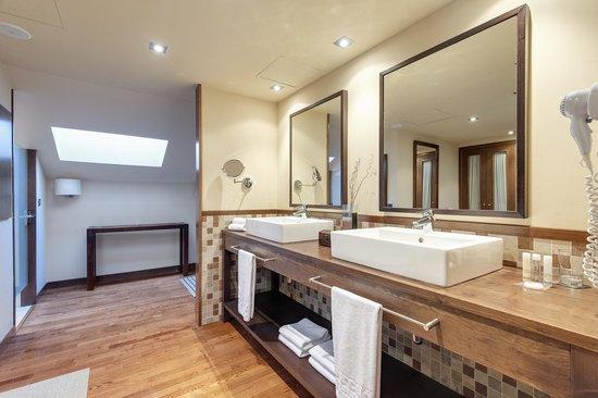 Hotel real golf spa badagu s jaca badaguas spanje foto 39 s reviews en prijsvergelijking - Kleedkamer voor mansard kamer ...