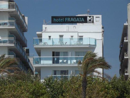 Fragata Hotel : Вид отеля с пляжа, слева- балконы соседнего отеля