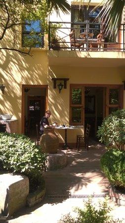 Hotel Empress Zoe : Bar/breakfast room seen from the garden