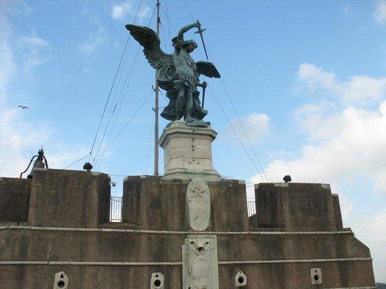 Castillo de Sant'Angelo: L'arcangelo Michele rinfondera la spada