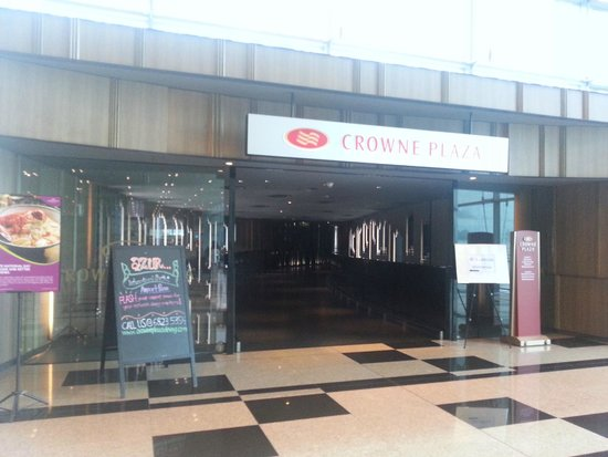 Crowne Plaza Changi Airport: Main entrance from terminal 3
