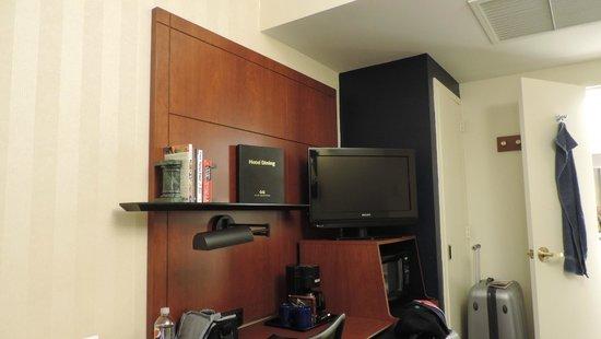 Club Quarters Hotel, Central Loop: Schreibtisch mit TV