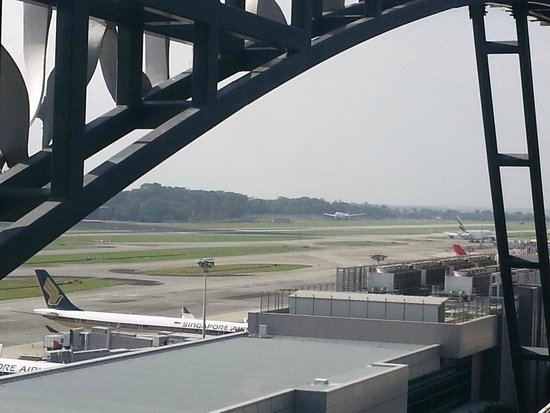 Crowne Plaza Changi Airport: View of runway from my room