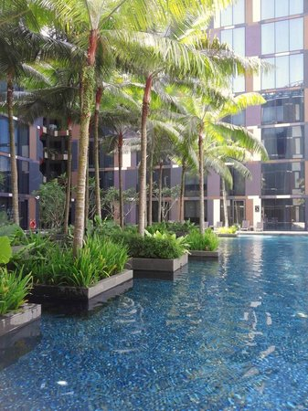 Crowne Plaza Changi Airport: Swimming pool. Water is icy cold in a hot weather.