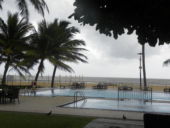 Camelot Beach Hotel: Pool area