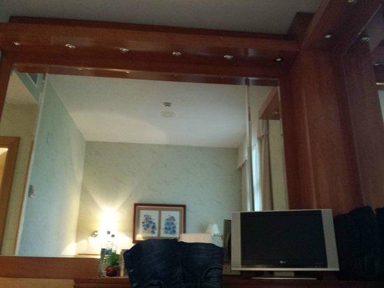 Jardin De Tres Cantos Hotel: wide mirror