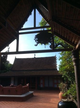 Rangsit Villas: one of the Thai houses, the pink suite