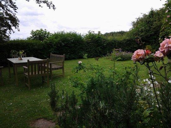 Whitfield Farmhouse B&B: Garden where we had our afternoon tea