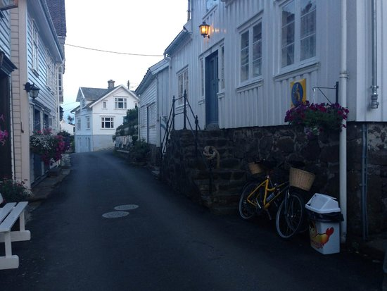Sogndalstrand Kulturhotell: The street at night