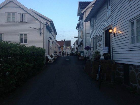 Sogndalstrand Kulturhotell: The street leading to our room