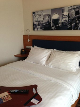 Hampton by Hilton Warsaw Airport: huge bed