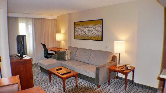 Residence Inn by Marriott Montreal Airport: living area