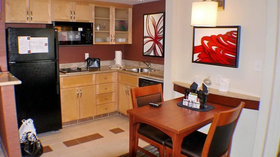 Residence Inn by Marriott Montreal Airport: kitchen area