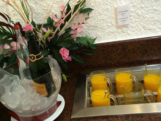 Hotel Galeón: фреш и шампанское на завтрак