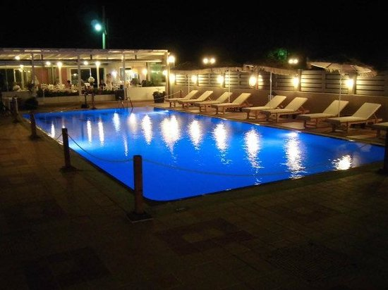 Maleme Mare Beachside Hotel: Pool by night