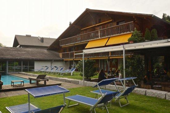 Hotel Alpine Lodge Gstaad - Saanen: Hotel, Poolarea mit Outdoor-Restaurant